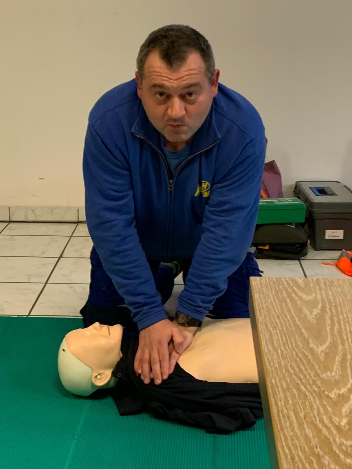 Erste Hilfe Übung bei Hoffmann unter vollem Einsatz. Sicherheit spielt bei uns eine wichtige Rolle.