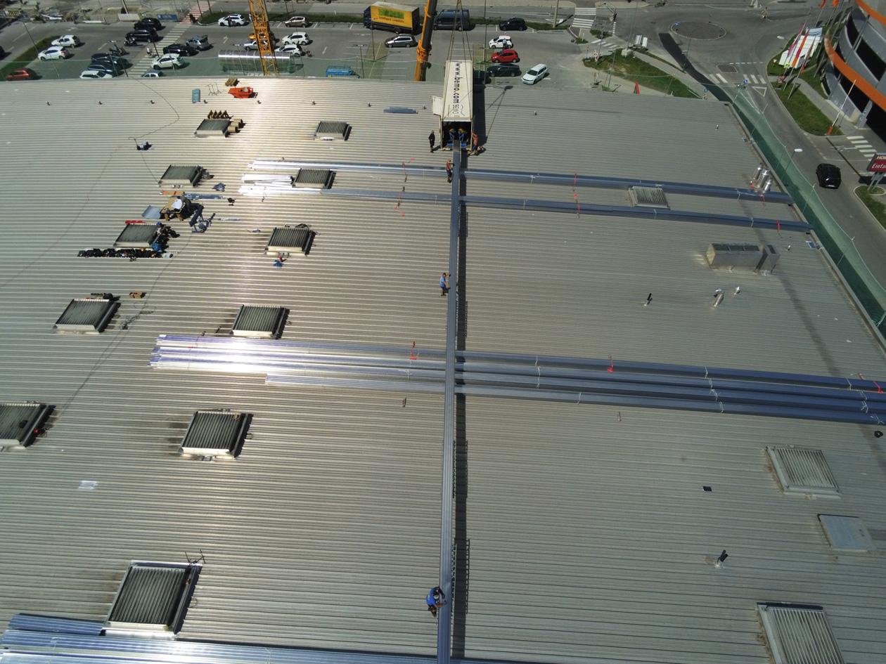 Hoffmann Großbaustelle in Innsbruck mit 6500 qm Dachsanierung und 45 m langen Profilbahnen